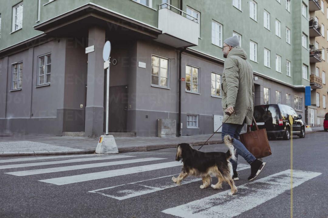 attraversare la strada